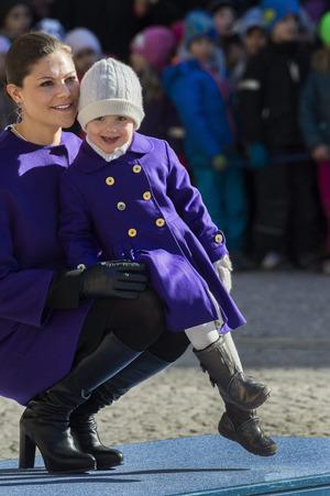 Schwedens Kronprinzessin Victoria und Tochter Estelle lieben Lila.