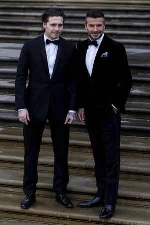 Ex-Fußballer David Beckham und Sohn Brooklyn im Smoking.