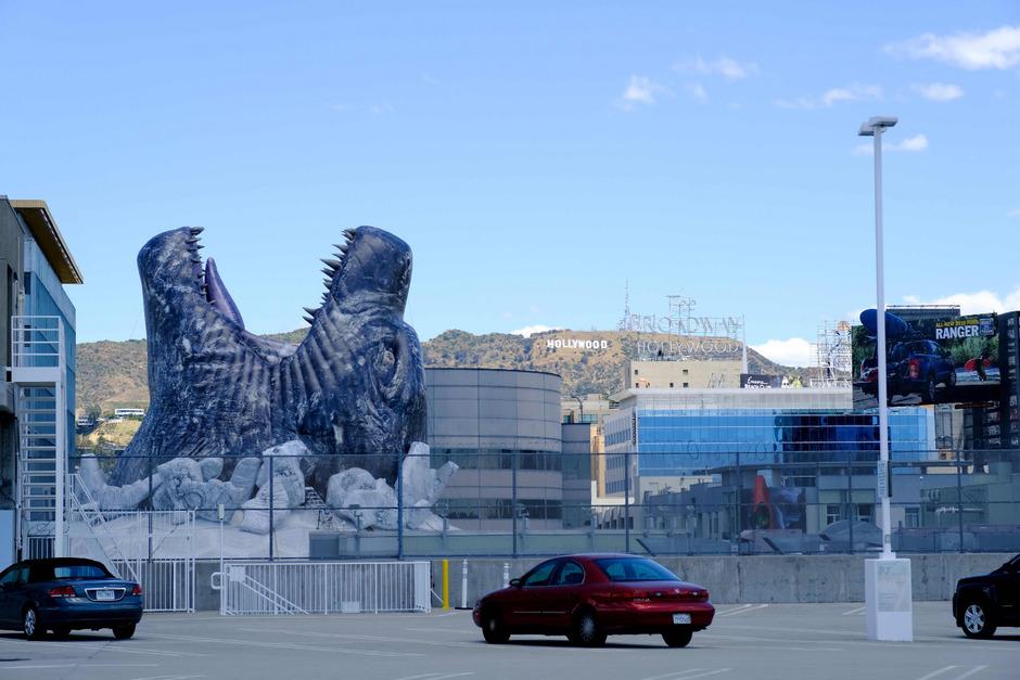 Ein gigantischer  Godzilla bricht durch das Dach des Cinerama Dome in Hollywood.