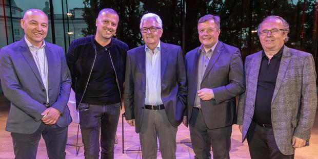 Richard Piock (M.) mit Licht-ins-Dunkel-Koordinator Bernhard Triendl (ORF), Starautor Bernhard Aichner (v.l.), Hermann Petz (Vorstandschef Moser Holding) und Gesundheitslandesrat Bernhard Tilg (v.r.).