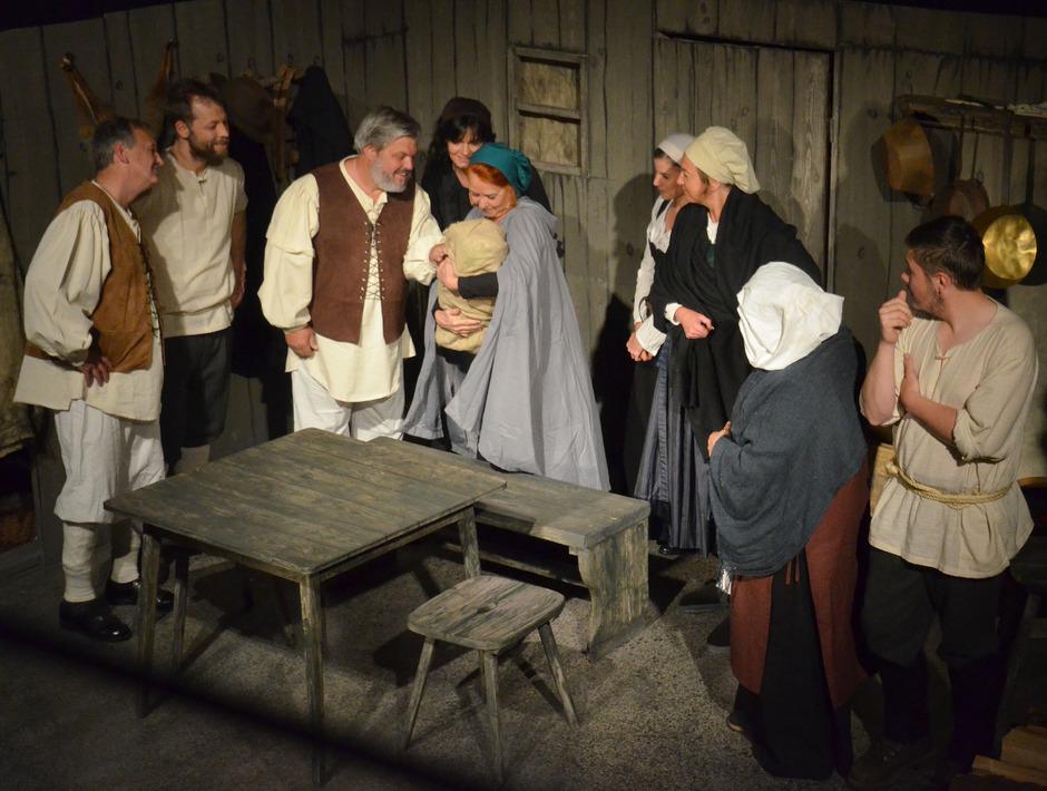 Die familiäre Verbindung zweier Familien begründet im Stück das gemeinsame Handeln der Dörfer Bschlabs und Pfafflar.