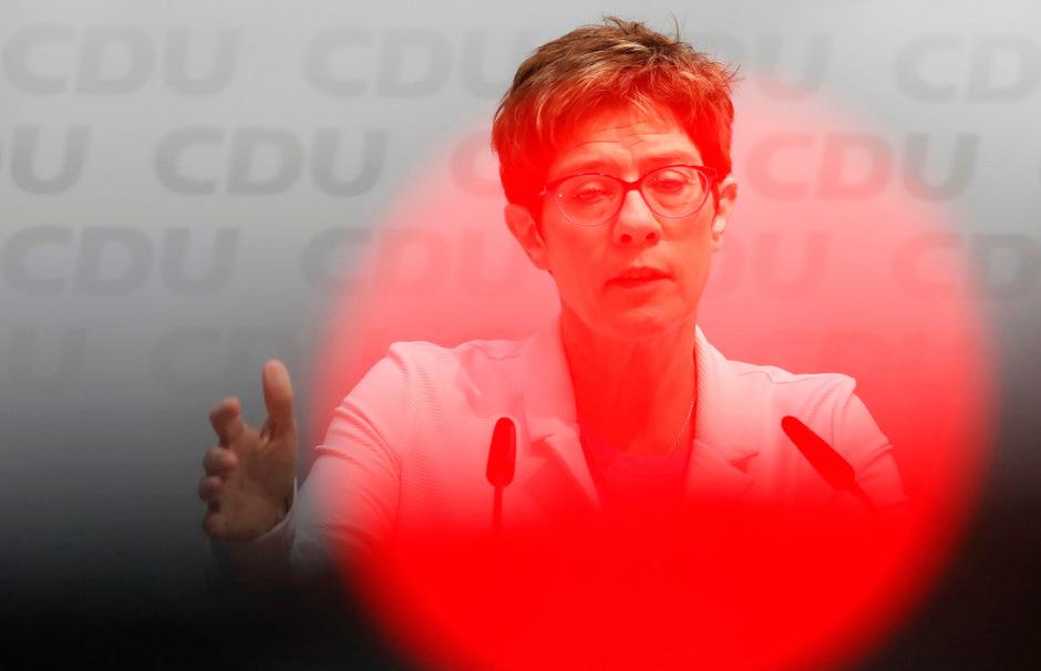 Die CDU konnte nicht angemessen auf Kritik von YouTubern reagieren. Nun will die Parteichefin Meinungsäußerung reglementieren. Nach Kritik ruderte sie zurück.