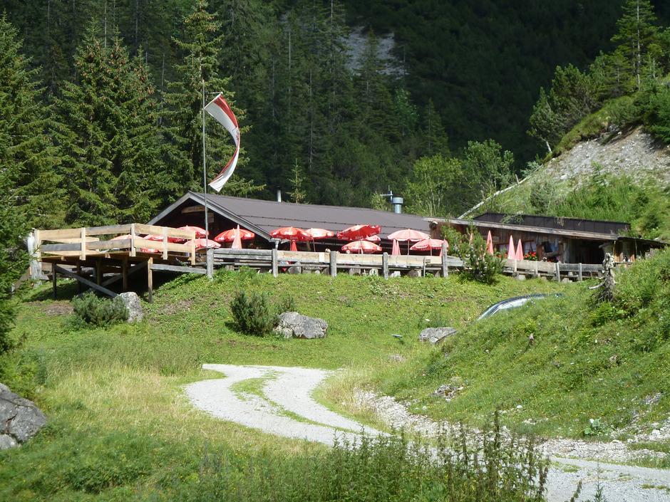 Der Rückbau der Grießbachalm auf die Dimension der achtziger Jahre und damit die Wiederherstellung des gesetzmäßigen Zustands hat begonnen.