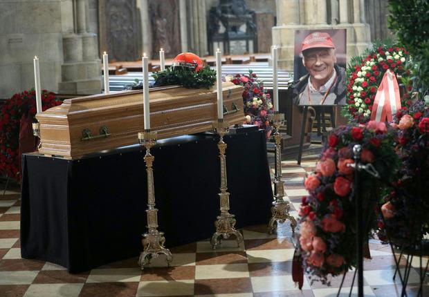 Der geschlossene Sarg von Niki Lauda wurde am Mittwoch im Wiener Stephansdom öffentlich aufgebahrt.