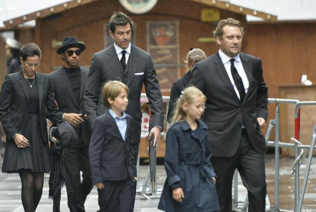 Witwe Birgit Lauda (links) mit den Kindern Max und Mia (vorne), Lewis Hamilton, Toto Wolff sowie Lukas Lauda.