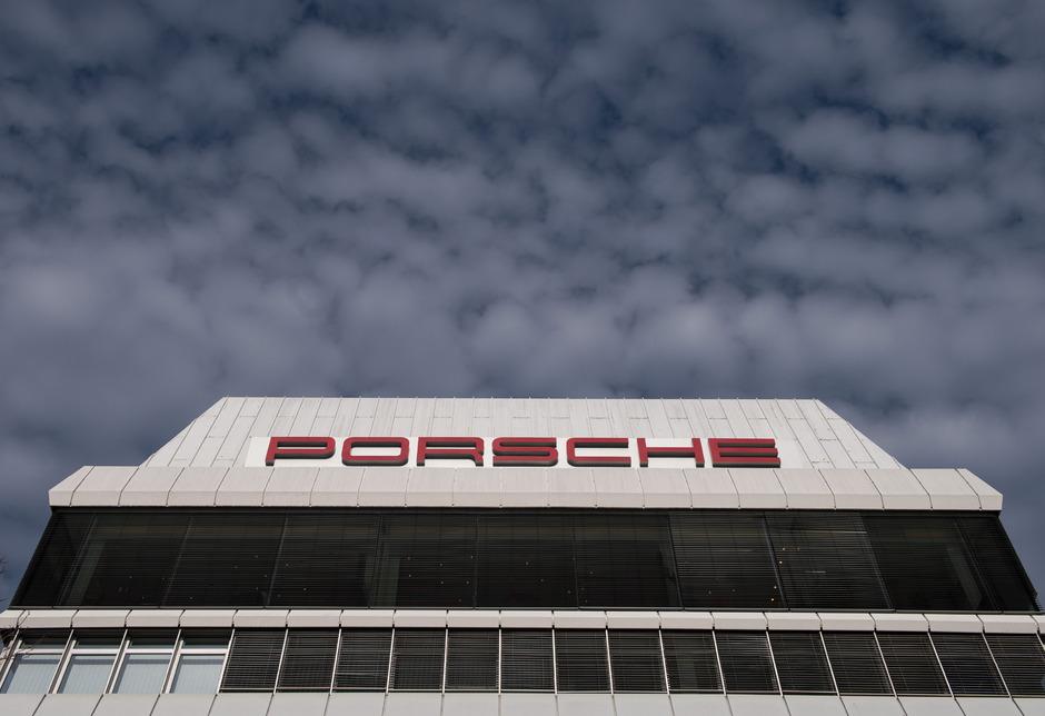 Die Staatsanwaltschaft  hat am Dienstag Büros von Porsche in Stuttgart und Weissach durchsucht.