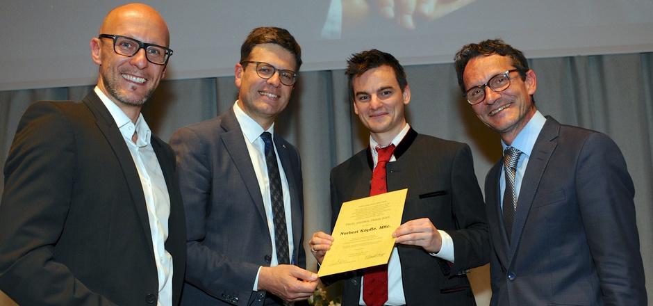 Preisträger Norbert Köpfle (mit Urkunde) mit Sandoz-CEO Mario Riesner, BH Michael Brandl und Vizerektor Bernhard Fügenschuh (v.l.).