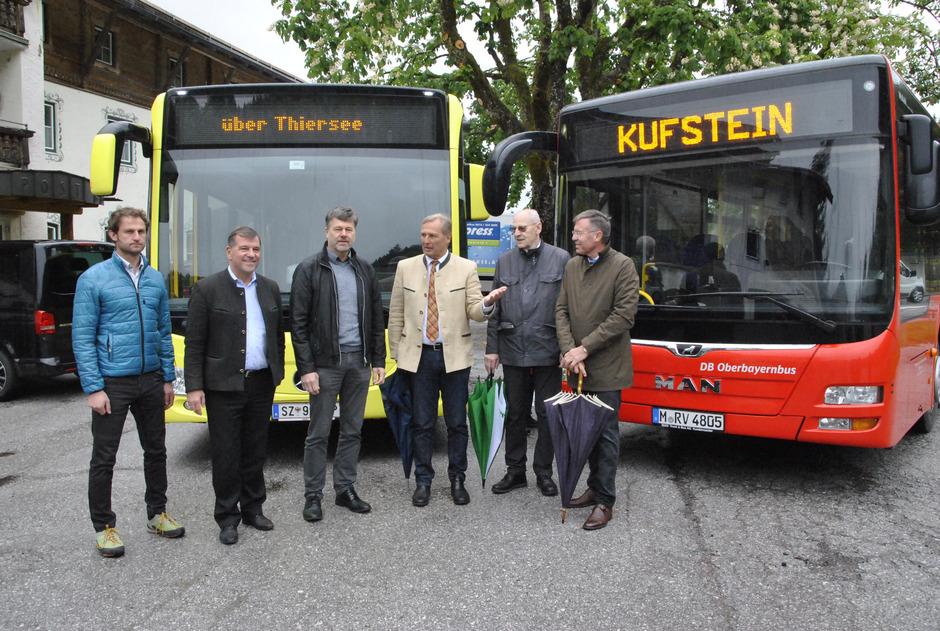 Präsentierten die neue Buslinie: BM Georg Kittenrainer (Bayrischzell), BM Franz Schnitzenbaumer (Schliersee), BM Hannes Juffinger (Thiersee), BM Josef Lechner (Fischbachau), Euregio-Inntal-Präsident Walter Mayr und Johann Mauracher, Obmann des TVB.