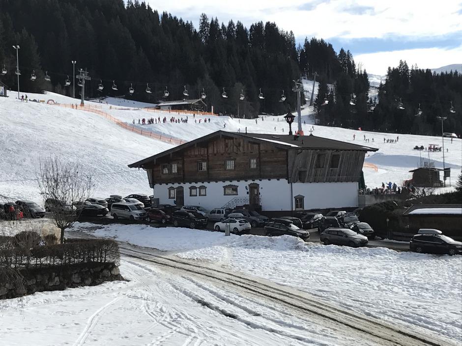 Die Wohnungen sollen direkt neben der Skiwiese und einem Après-Ski-Lokal gebaut werden.