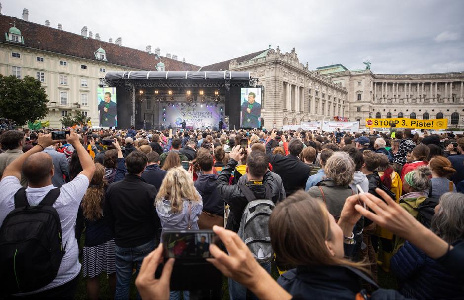 """Rund 5000 Menschen versammelten sich zum """"Climate Kirtag"""" am Wiener Heldenplatz."""