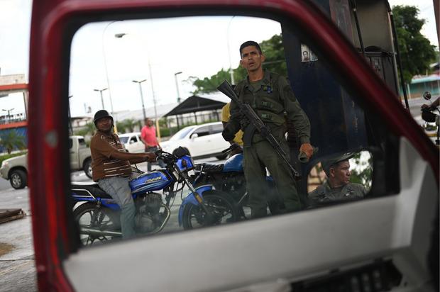Militär- und Polizeikräfte gehören mittlerweile zum Straßenbild in ganz Venezuela.