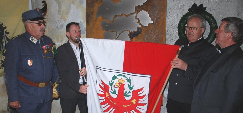 Major Hans-Peter Gärtner, Südtirols Landtagsvizepräsident Manfred Vallazza, NR Hermann Gahr und Militärdekan i.R. Werner Seifert (v.l.) enthüllten die Gedenktafel an die Teilung Tirols.