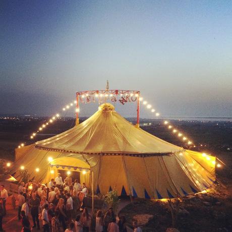 """Der """"Circo Paniko"""", eine italienische Artistengruppe, schlägt anlässlich des Stromboli-Jubiläums das erste Mal seine Zelte in Österreich auf."""