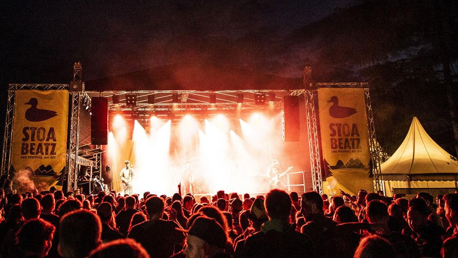 """Drei Tage, eine große Bühne, 19 Acts: Das """"Stoabeatz""""-Festival am Walchsee lädt ab Donnerstag zum Feiern und Spaß haben ein."""