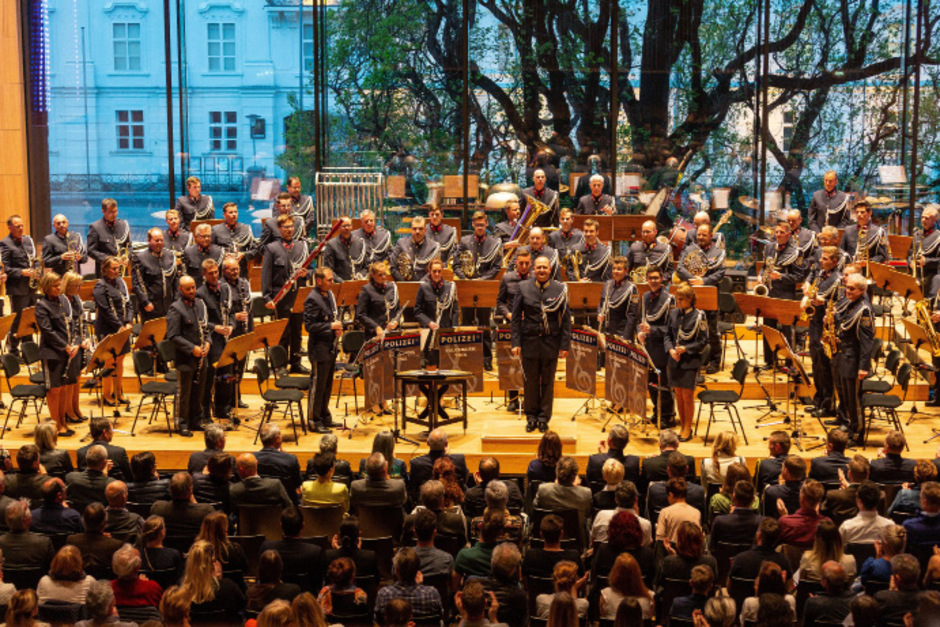 """Eine beeindruckende Vorstellung bot die Polizeimusik Tirol mit Kapellmeister Michael Geisler im """"Haus der Musik""""."""