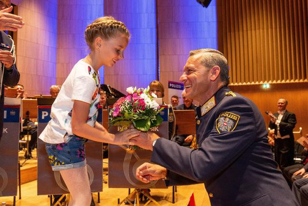 Landespolizeidirektor Helmut Tomac gratuliert der jungen Solistin Emma Plankensteiner zu ihrer Darbietung.