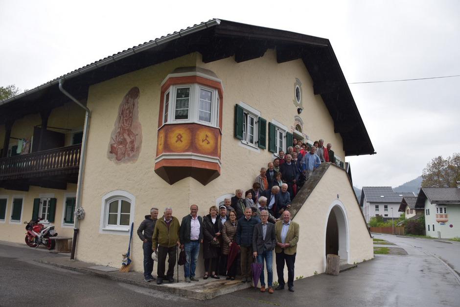 Eine Abordnung von Südtiroler Altbürgermeistern nimmt in der Reuttener Südtiroler Siedlung Aufstellung zum Gruppenfoto. Mit im Bild Alt-LHStv. Ferdinand Eberle (r. vorne) und BM Alois Oberer (2.v.r. vorne).