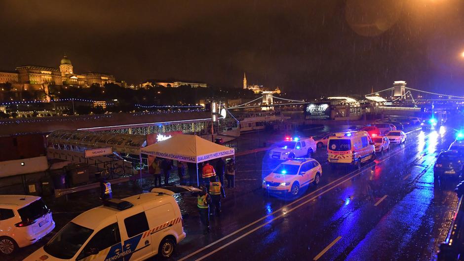 Rettungskräfte am Unfallort in Budapest. Der Einsatz gestaltete sich schwierig.