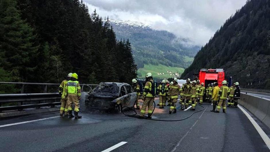 Die Feuerwehr konnte die Flammen rasch löschen, das Auto wurde aber trotzdem völlig zerstört.