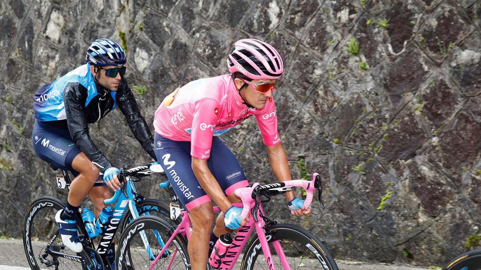 Richard Carapaz behält das Rosa Trikot auch nach dieser Etappe.
