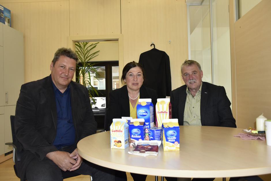 Othmar Juen, Renate Dengg und Rudolf Köll (v.l.) werben für die Milchprodukte aus heimischer und regionaler Landwirtschaft.