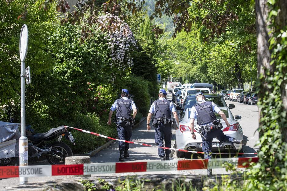 Großaufgebot der Polizei vor einer Wohnung in Zürich. Ein 60-jähriger Mann hatte zwei Frauen als Geiseln genommen.