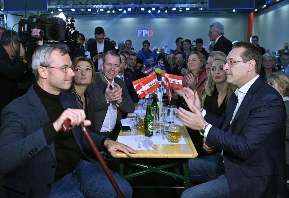 """Strache muss wohl mehr Überzeugungsarbeit bei seinem Nachfolger, FPÖ-Chef Hofer, leisten. <span class=""""TT11_Fotohinweis"""">Foto: APA/Punz</span>"""