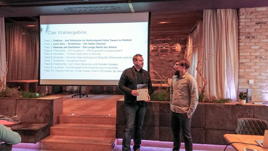 Ulrich Andres (r.), Geschäftsführer der österreichischen Wanderdörfer, gratuliert Bernhard Pichler vom TVB Osttirol zum Gewinn.