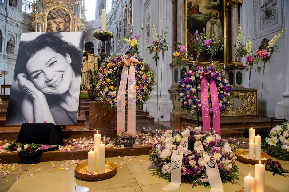 Kerzen, Blumengestecke und ein Bild von Hannelore Elsner stehen bei der öffentlichen Trauerfeier der Schauspielerin in der Kirche St. Michael.