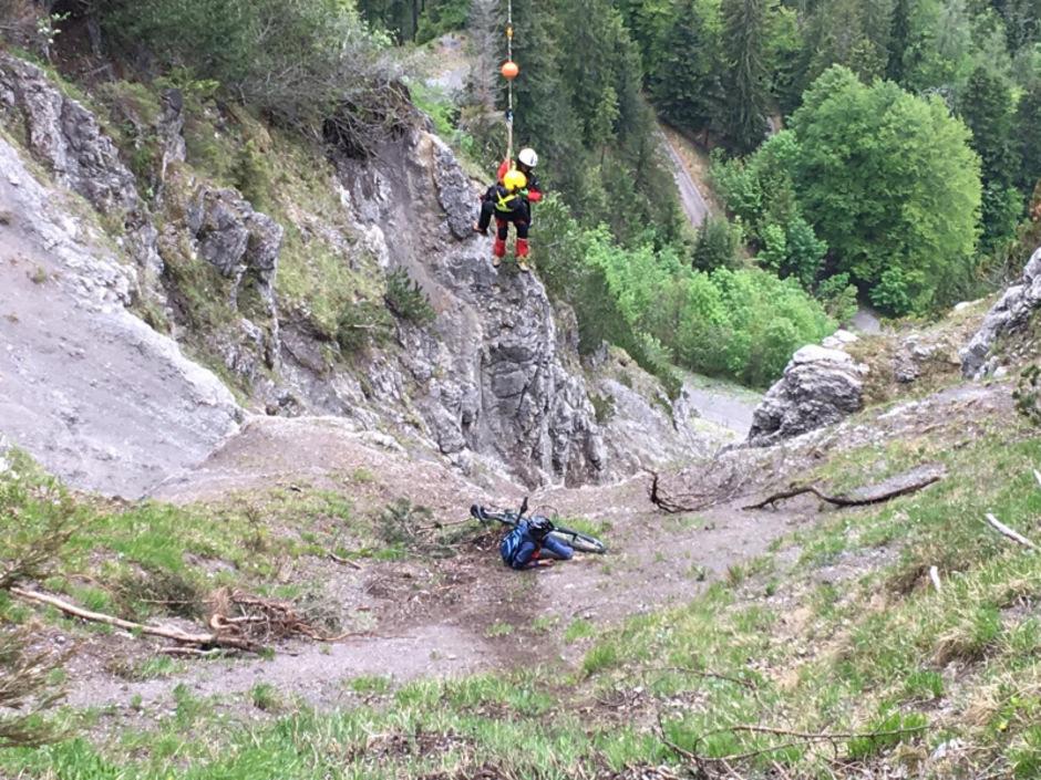 Der 14-Jährige kam  vom Weg ab und rutschte etwa 30 Meter über sehr steiles Gelände ab, ehe er kurz vor einem Felsabbruch zum Stillstand kam.
