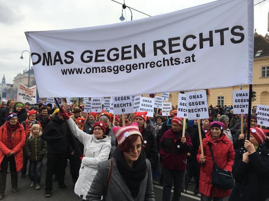 """In Tirol gehen die """"Omas gegen Rechts"""" meist am Sonntag auf die Straße."""