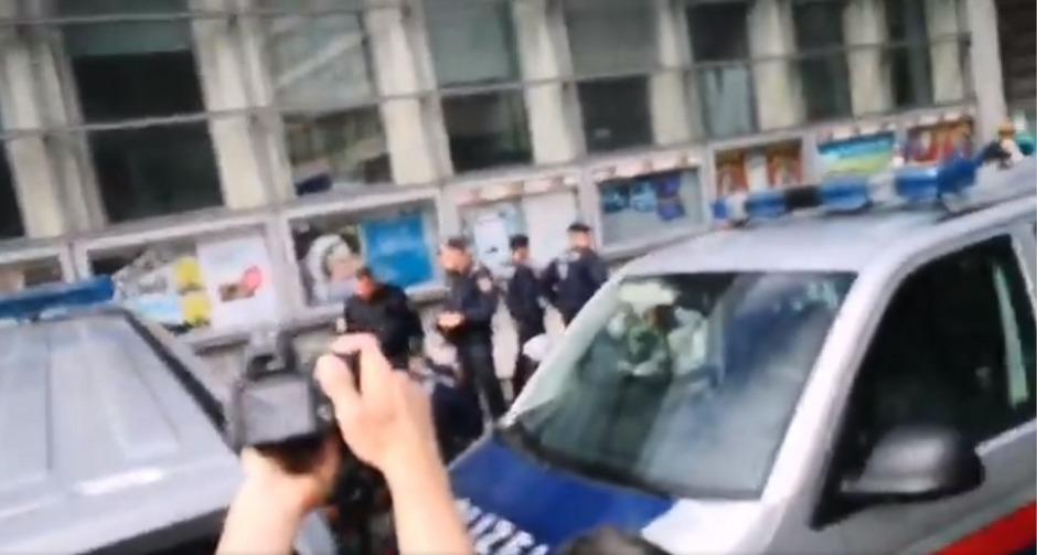 Das Video zeigt, wie mehrere Polizisten einen Mann fixieren. Nachdem der Mann bereits wehrlos am Boden zu sein scheint, versetzt ihm noch ein Beamter Faustschläge.