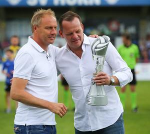 """Vor dem Spiel wurde WSG-Coach Thomas Silberberger von Bundesliga-Vorstand Reinhard Herovits als """"Trainer des Jahres der 2. Liga"""" geehrt."""