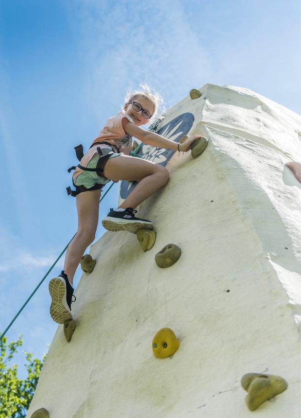 Steil bergauf: Jana (8) war in Windeseile an der Spitze des Alpenverein-Kletterturms angekommen.