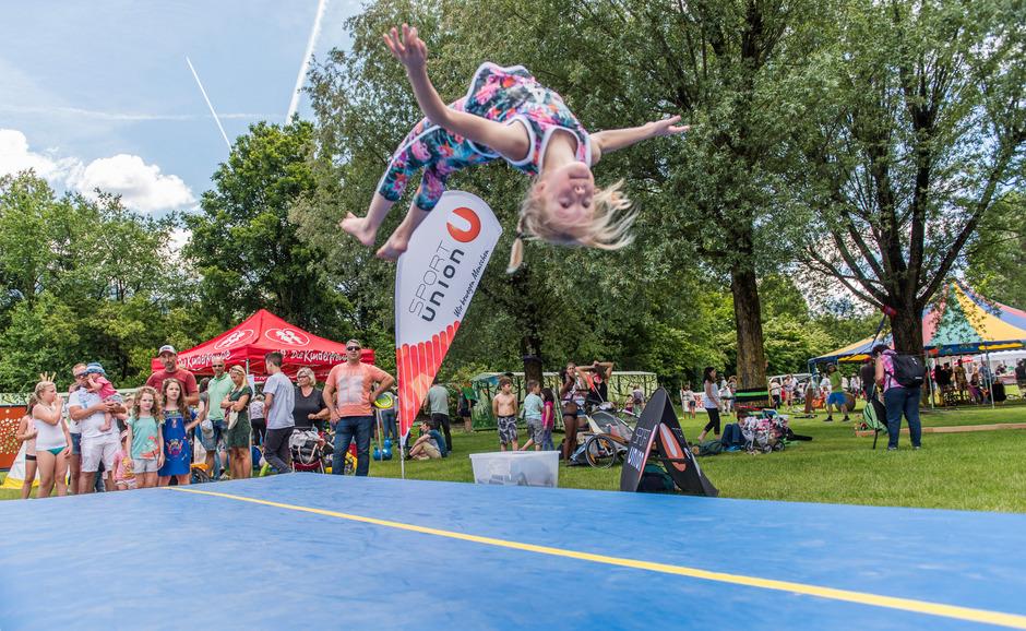 In hohem Bogen: Auf der Air-Track-Matte zeigte Lena (10) ihr akrobatisches Können.