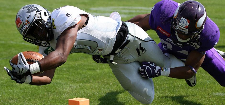 Akrobatisch warf sich Raiders-Wide-Receiver Patrick Donahue (l.) gestern zum ersten Touchdown des Schlagers gegen die Vikings auf der Hohen Warte in die gegnerische Endzone.