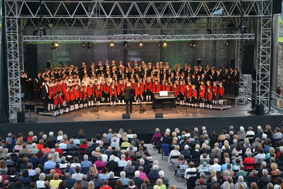 """Ein außergewöhnliches Bild: Sänger von vier der renommiertesten Knabenchöre singen gemeinsam auf der Festung Kufstein """"Innsbruck, ich muss dich lassen""""."""
