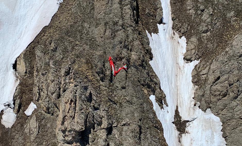 Der Gleitschirmpilot landete mit einem Fallschirm auf dem Schneebrett.