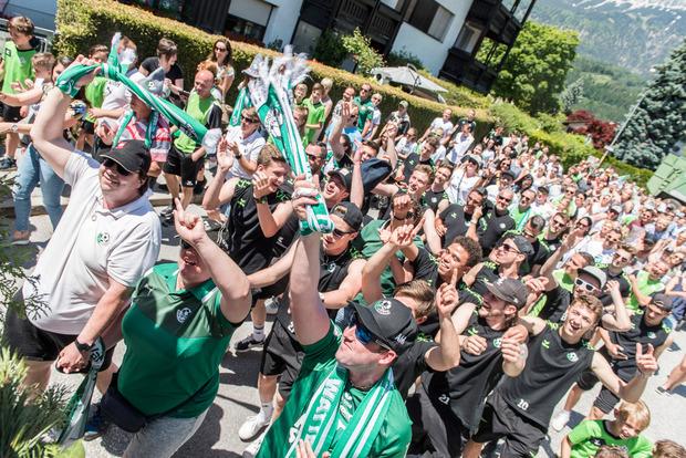 Die Fans standen im grün-weißen Lametta-Regen.