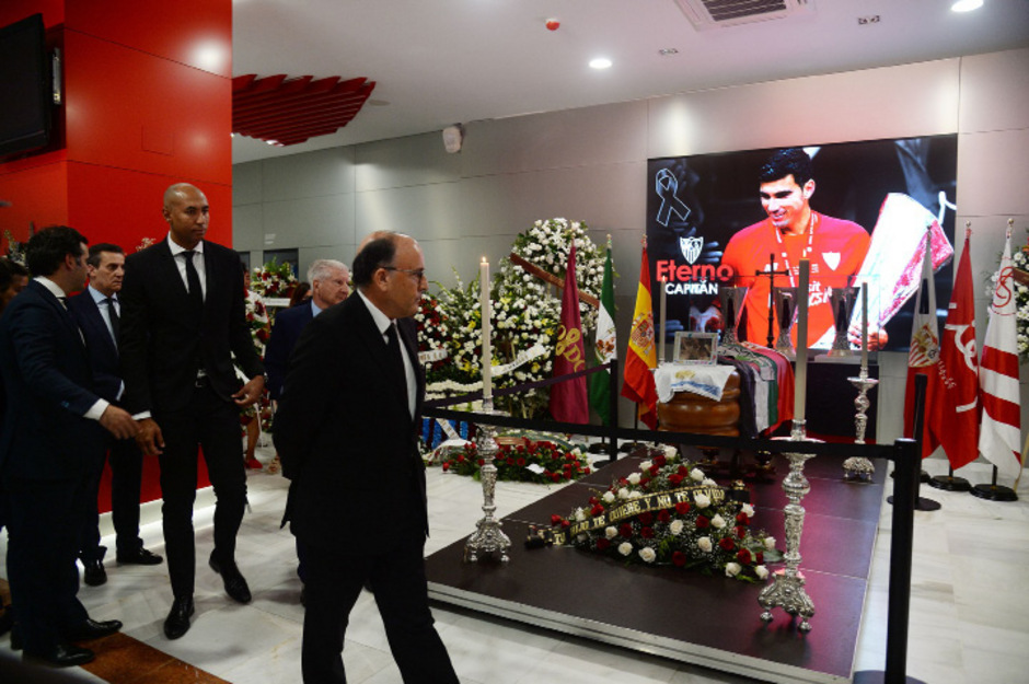Bei einer öffentlichen Totenwache im Sevilla-Stadion nahmen Familienmitglieder, Fans und Weggefährten Abschied von Jose Antonio Reyes.
