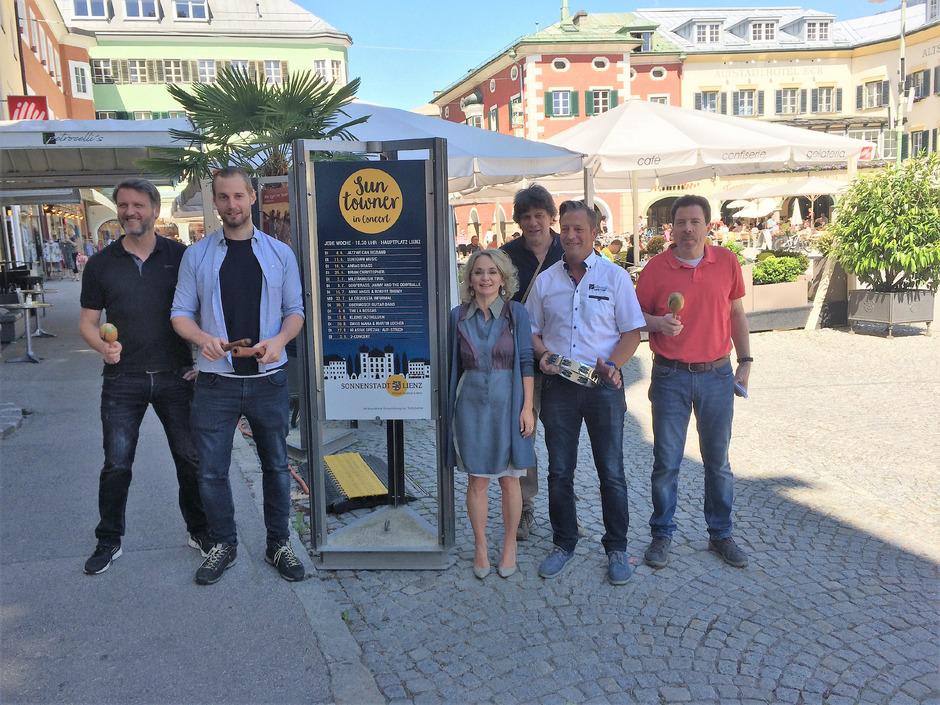 Mit Bürgermeisterin Blanik freuen sich die Hauptplatzwirte Christian Hofmann, Werner Wibmer, Programmchef Hannes Ladinig, Roland Kleinlercher und Italio Remor (von links).