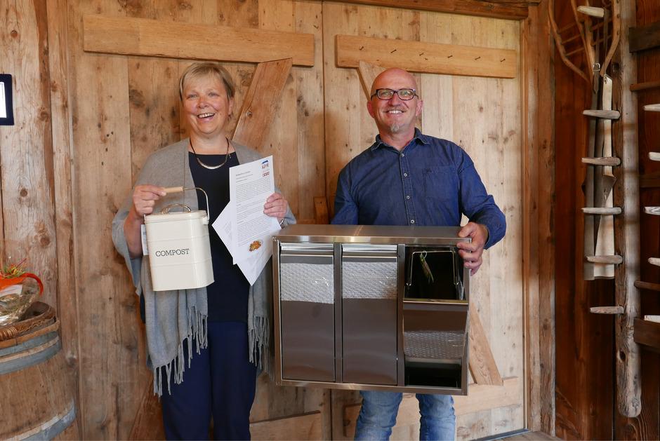 Theresia Rainer und Gerhard Lusser empfehlen den Privatvermietern von Ferienwohnungen die Installation von metallenen Trennsystemen zur Abfallverringerung.