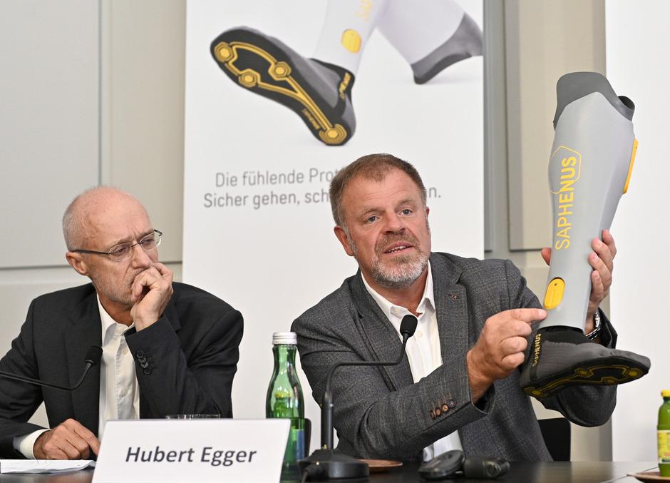 """Toni Innauer (Mitgründer von Saphenus), Hubert Egger (Prothetik-Experte) während der Präsentation der """"Ersten fühlenden Beinprothese zur Reduktion von Phantomschmerz"""". ."""