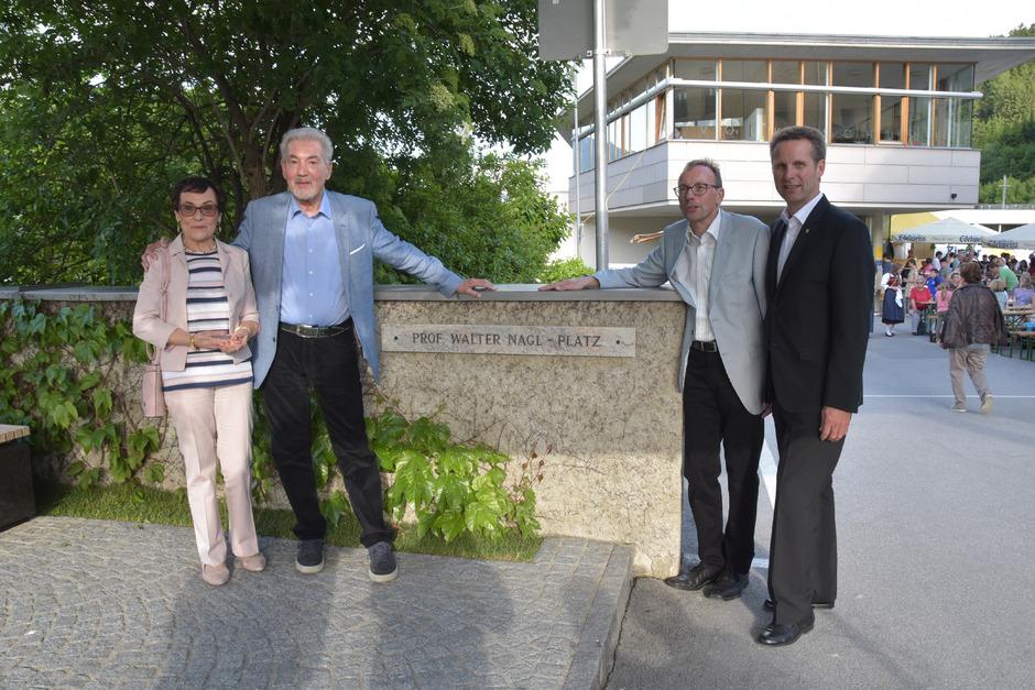 """Der neu gestaltete Platz beim Hattinger Schulhof heißt ab nun """"Prof.-Walter-Nagl-Platz"""". Im Bild von links Gerda Nagl, Prof. Walter Nagl, Stefan Nagl und Bürgermeister Dietmar Schöpf."""