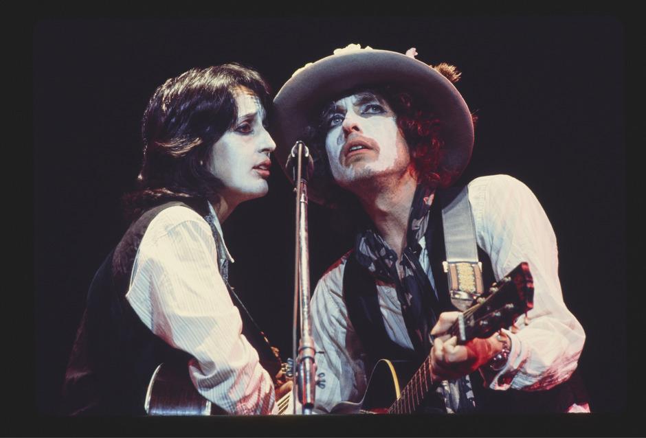 """Joan Baez und Bob Dylan während der """"Rolling Thunder Revue"""" 1975. Martin Scorsese hat einen Dokumentarfilm über die Tour gedreht."""