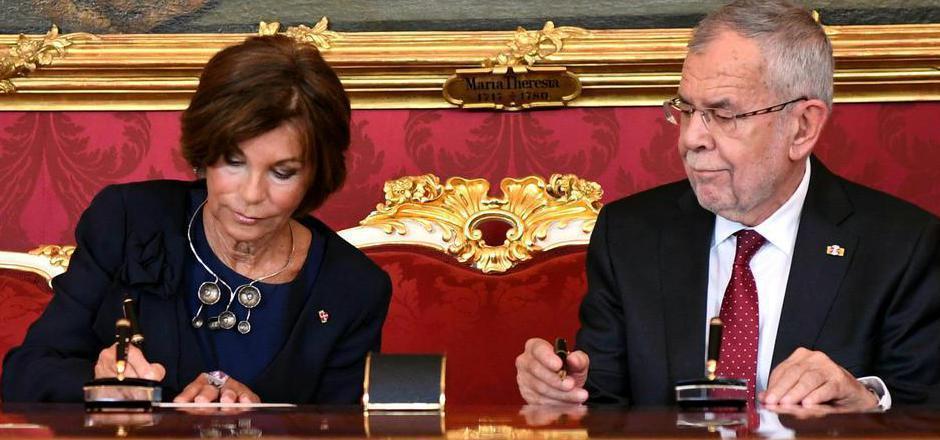 Bundespräsident Alexander Van der Bellen mit Österreichs erster Bundeskanzlerin Brigitte Bierlein.