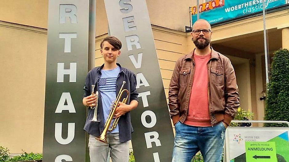 Toni Fronthaler freut sich mit Lehrer Rainer Annewandter.