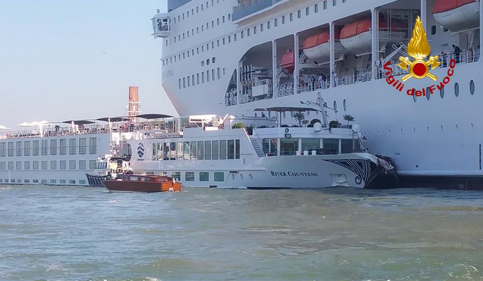 Ein außer Kontrolle geratenes Kreuzfahrtschiff hatte am Sonntag beim Anlegen in Venedig ein Ausflugsschiff gerammt.