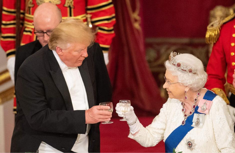 Queen Elizabeth II hebt das Glas auf den amerikanischen Besuch beim Staatsbankett am Montagabend.
