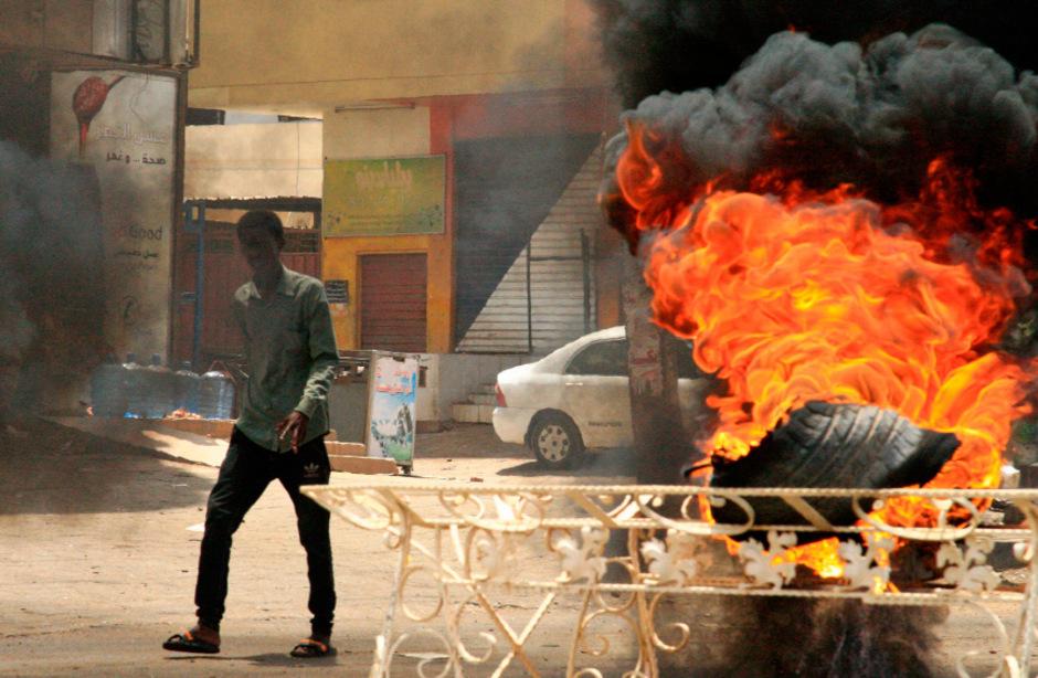 Brennende Autoreifen dienten den Demonstranten in Khartoum als Barrikaden. Am Montag wurde ihre Blockade gewaltsam aufgelöst, zahlreiche Menschen starben.